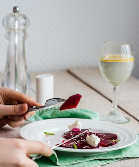 Da mangiare un'insalata di barbabietole arrosto con formaggio di capra, olio d'oliva e sesamo, mani, cibo sano