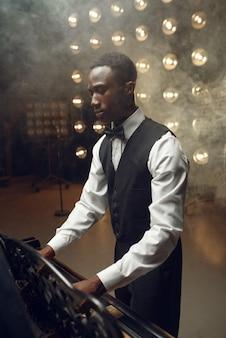 Pianista a coda in ebano che suona sul palco