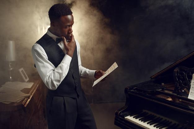Pianista in ebano con taccuino musicale in scena