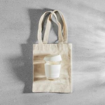 Borsa ecologica e tazza da caffè riutilizzabile. stile di vita sostenibile. concetto senza plastica.
