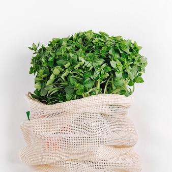 Borsa ecologica con verde fresco biologico. stile di vita sostenibile. concetto senza plastica. disposizione piatta, vista dall'alto