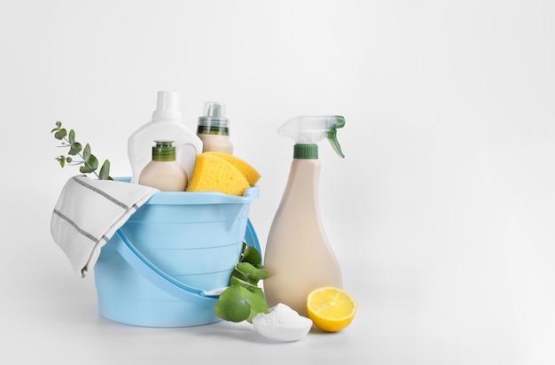 Prodotti per la pulizia eco isolati su sfondo bianco