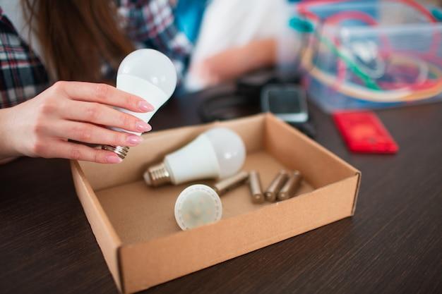 Concetto di eco. protezione ambientale. la famiglia sta selezionando i vecchi dispositivi elettrici domestici.