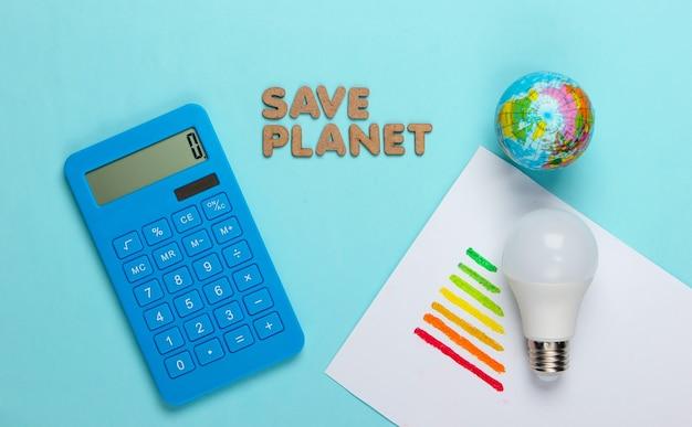 Concetto di eco. salva il pianeta. globo e lampadina a led, globo, calcolatrice, classe di efficienza energetica sull'azzurro
