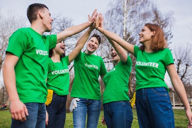 Concetto di eco con un gruppo di volontari