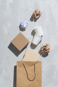 Concetto di eco con il simbolo di riciclaggio sulla vista dall'alto dello sfondo del tavolo