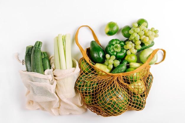 Borsa in eco cotone con verdure fresche. stile di vita sostenibile. acquisti a spreco zero. concetto senza plastica. disposizione piatta, vista dall'alto