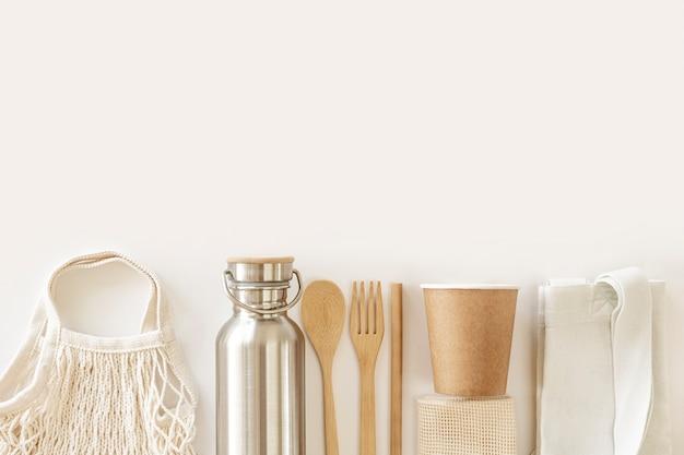 Accessori ecologici posate in bambù, borsa ecologica, bottiglia d'acqua riutilizzabile