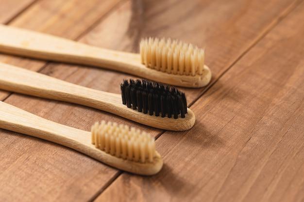 Spazzolini da denti di bambù ecologici sulla superficie di legno