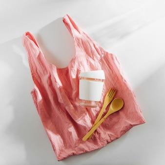 Ecologico. borsa per la spesa in tessuto, posate in bambù e tazza da caffè riutilizzabile.