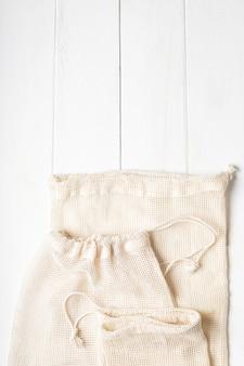 Sacchetti di cotone ecologici su superficie bianca