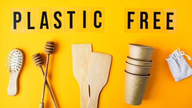 Bicchieri di carta usa e getta ecologici, utensili da cucina in legno, spazzola per capelli e borsa di cotone