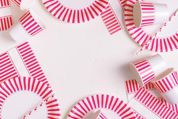 Stoviglie in carta usa e getta ecologiche. concetto di festa, picnic o barbecue.