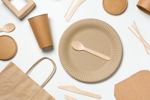 Stoviglie monouso ecologiche in legno di bambù e carta per fast food su bianco.