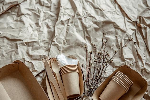 Stoviglie usa e getta ecologiche utilizzate in fast food, ristoranti, take away, picnic.