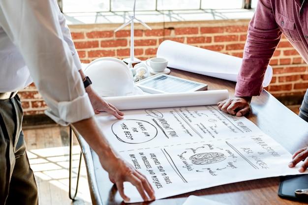 Discussione del team di ingegneri ecologici su un piano