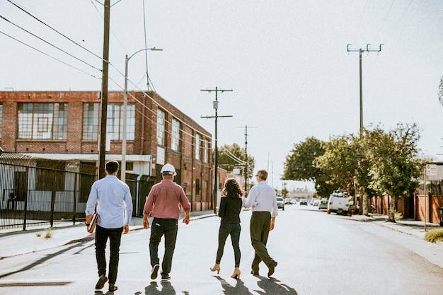 Team di ingegneri ecologici che camminano verso l'edificio degli uffici