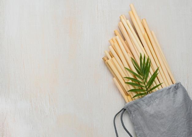 Cannucce in tubo di bambù ecologico in una borsa carina