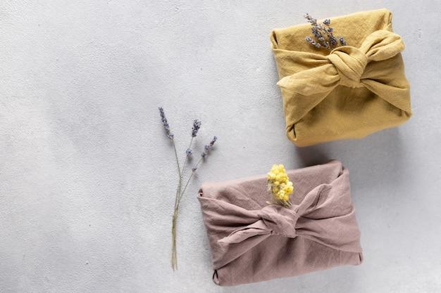 Confezione regalo riutilizzabile in tessuto ecologico con fiori secchi. regali furoshiki