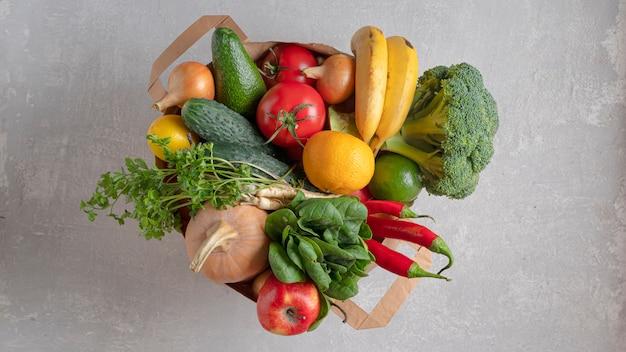 Borsa ecologica per alimenti. un sacchetto della spesa pieno di prodotti biologici. vista dall'alto, negozio ecologico.