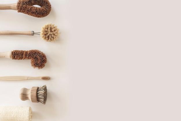 Strumenti e prodotti per la pulizia naturale ecocompatibili, spazzole per piatti in bambù e cocco