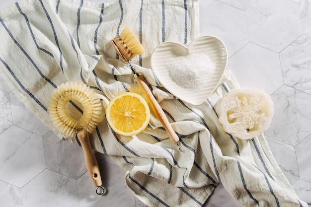 Strumenti e prodotti per la pulizia naturali ecologici, spazzole per piatti in bambù e limone con bicarbonato di sodio. rifiuti zero concetto. senza plastica.
