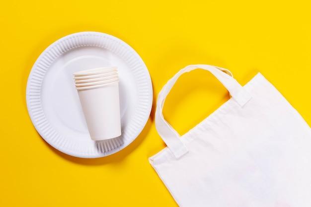 Piatti di carta ecologici e borsa di tela ecologica
