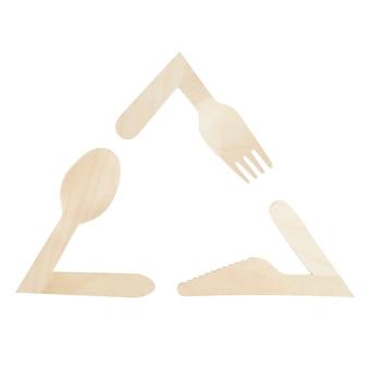 Simbolo di riciclaggio ecologico da elementi di utensili in legno isolati su sfondo bianco. la protezione della terra dall'inquinamento