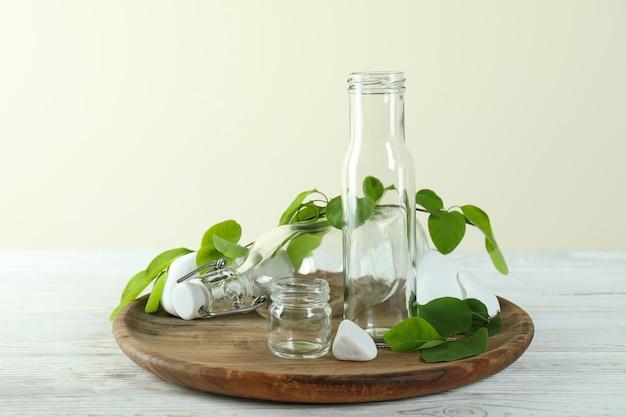 Concetto ecologico zero rifiuti su tavolo in legno bianco