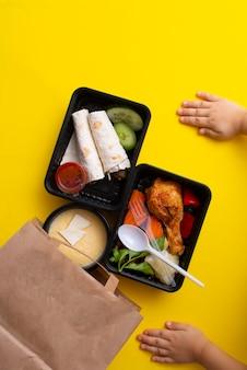Borsa in carta ecologica con scatole porta pranzo mani per bambini