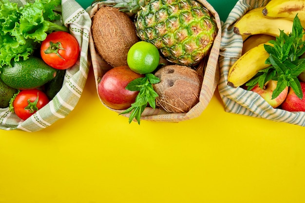 Shopper ecologiche con frutta e verdura biologiche.