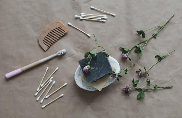 Prodotti eco spa friendly sapone naturale fatto a mano spazzolini da denti in legno tamponi di cotone e spazzola per capelli su c...