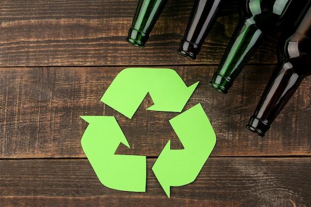 Simbolo ecologico. raccolta differenziata. concetto di eco sulla tavola di legno marrone. riciclo dei rifiuti. vista dall'alto.