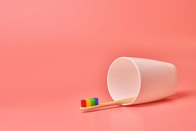 Spazzolino da denti eco in legno. strumento per la cura personale per proteggere la cavità orale, rimuovere la placca e il tartaro.