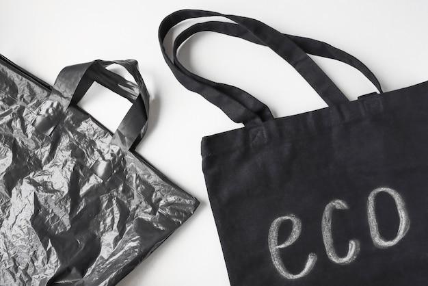 Borsa in tessuto ecologico e borsa usa e getta su fondo in legno rifiuto di oggetti una tantum