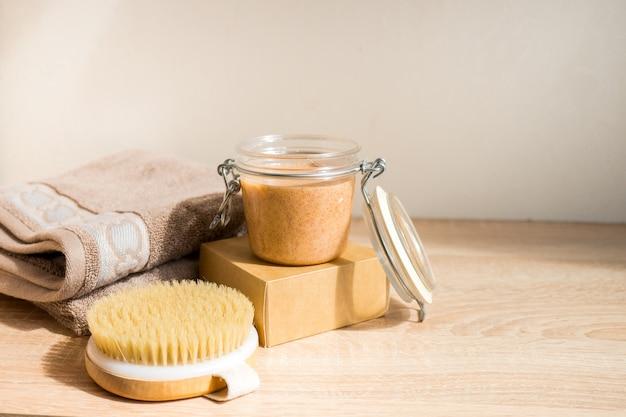 Concetto ecologico spa still life con sapone fatto a mano con olio essenziale e spazzola per massaggio a secco zero rifiuti prodotti per la cura personale