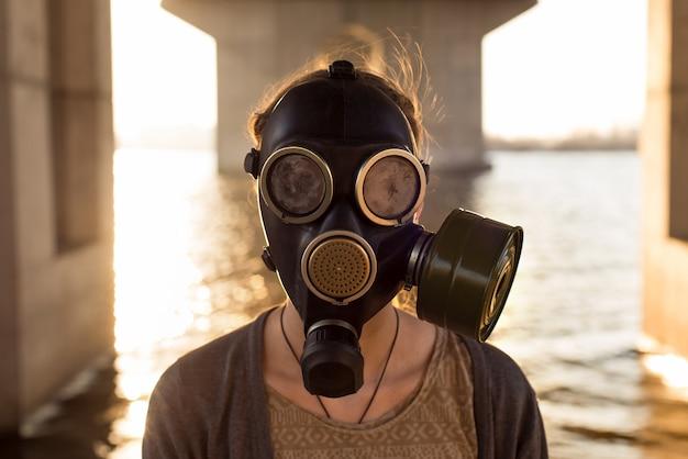Concetto ecologico di contaminazione dell'aria. donna in maschera antigas