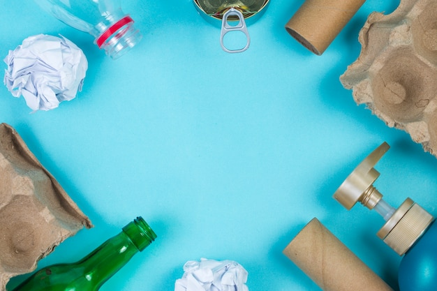 Marcatori ecologici di riciclaggio e riciclaggio sotto lo sfondo della mesa blu