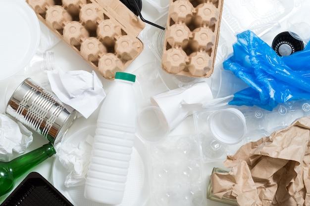 Concetto di ecologia. immondizia e riciclaggio. raccolta differenziata. rifiuti spazzatura. protezione ambientale