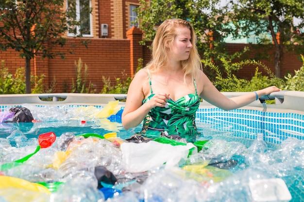 Ecologia, rifiuti di plastica, emergenza ambientale e inquinamento idrico - donna scioccata in una piscina sporca.