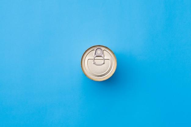 Problema di ecologia. gestione dei rifiuti. riciclo dei metalli. vista dall'alto del barattolo di latta su sfondo azzurro cielo