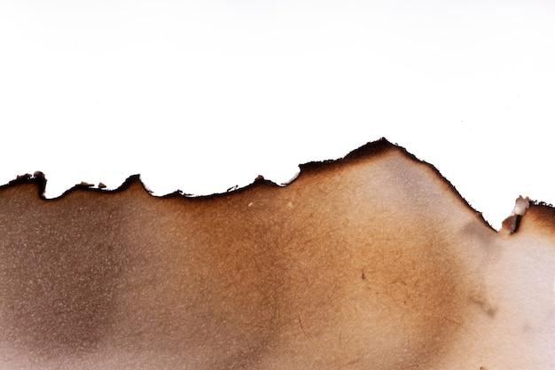 Il bordo della carta bruciata è isolato su uno sfondo bianco. foto di alta qualità