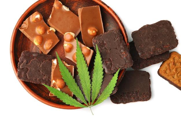 Cannabis commestibile da foglia di marijuana con contenuto di cbd e cioccolato commestibile. biscotti ricoperti di foglie di canapa e cioccolato