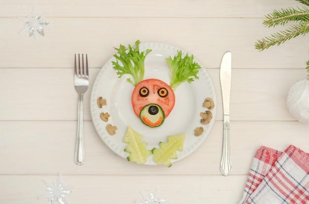 Cervi di natale commestibili a base di verdure per il capodanno festivo e la tavola di natale
