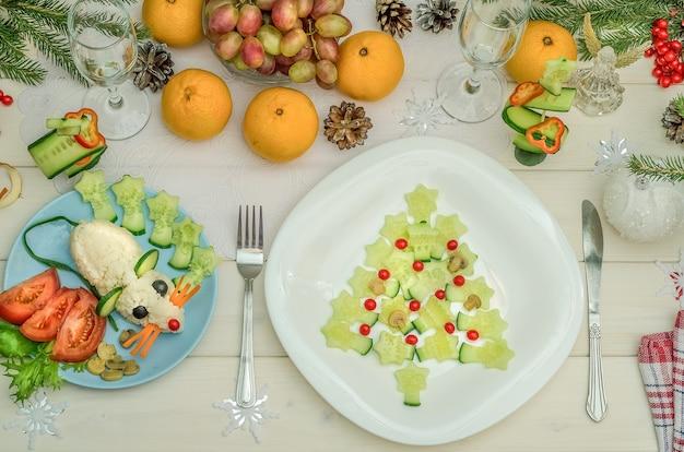Albero di natale commestibile e simbolo del ratto commestibile del 2020 dalle verdure per il capodanno festivo e la tavola di natale
