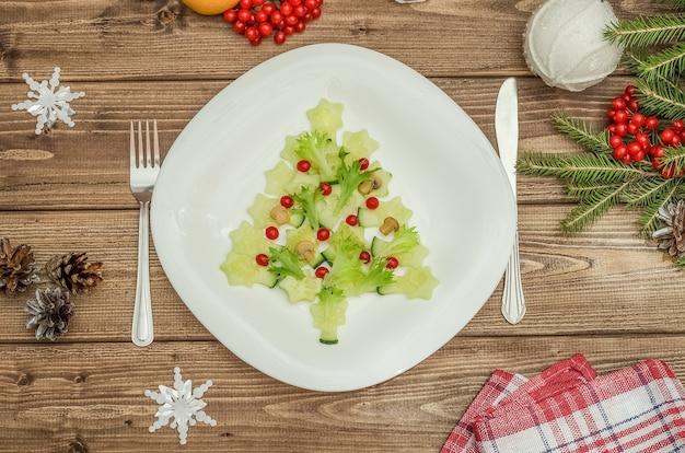 Albero di natale commestibile fatto di verdure per il capodanno festivo e la tavola di natale