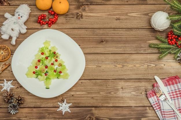 Albero di natale commestibile fatto di verdure con lo spazio della copia per il nuovo anno festivo e la tavola di natale