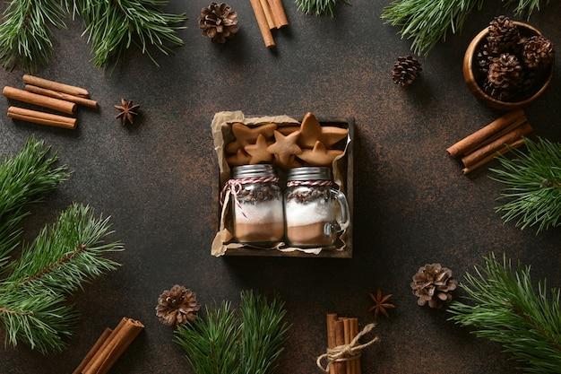 Commestibile due regali di natale di biscotti e barattolo di vetro per fare la bevanda al cioccolato