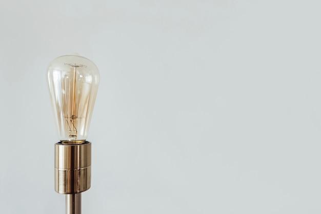 Lampada edison in una lampada da terra oro isolata