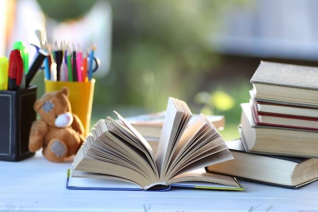 Pagina pila di libri educaion all'aperto